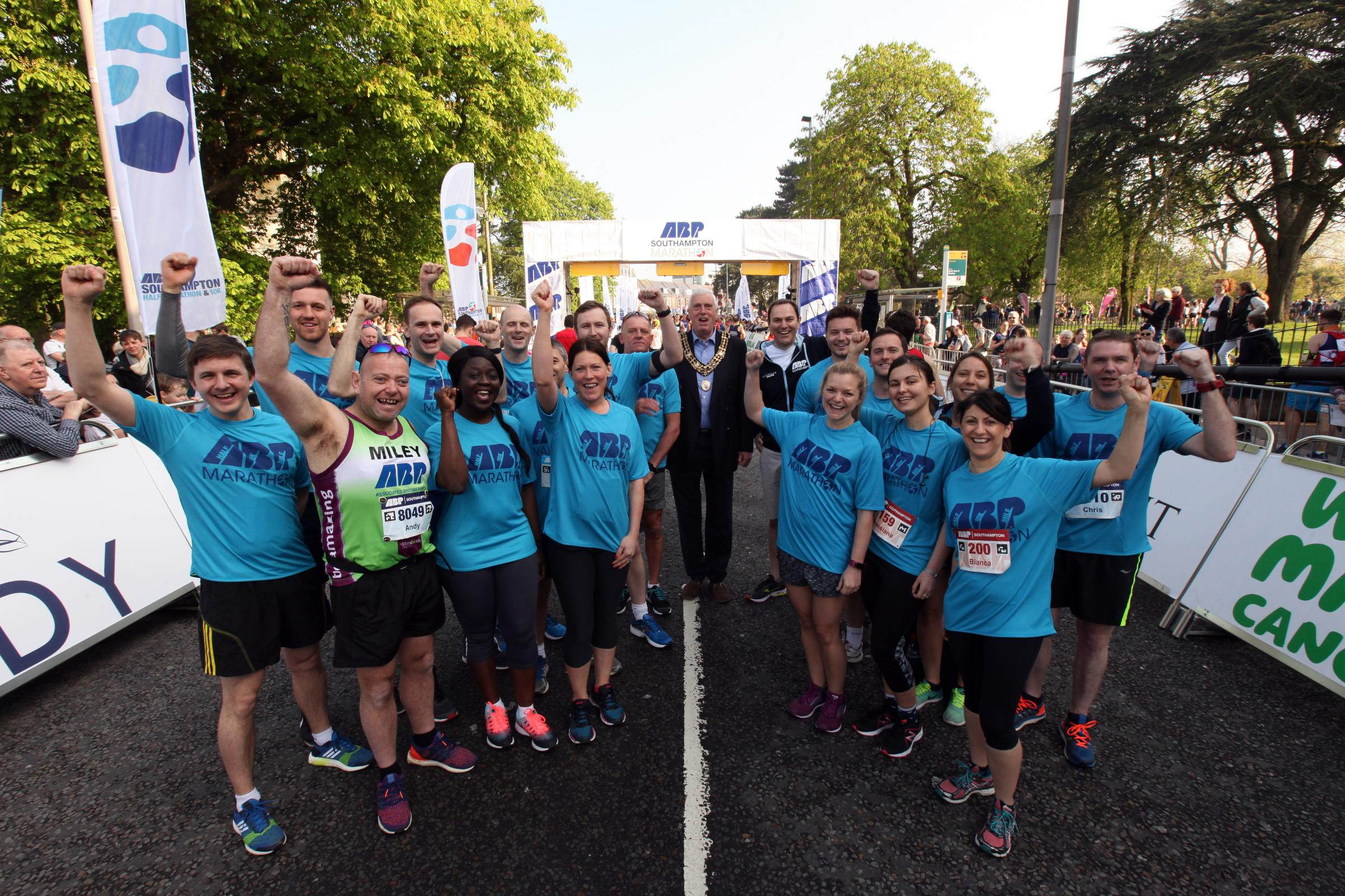 ABP runners with Mayor of Southampton Cllr Les Harris and port director Alastair Welch, both centre. ABP Southampton Marathon               Picture: Chris Moorhouse                   Sunday 22nd April 2018     FOR EDITORIAL USE ONLY.