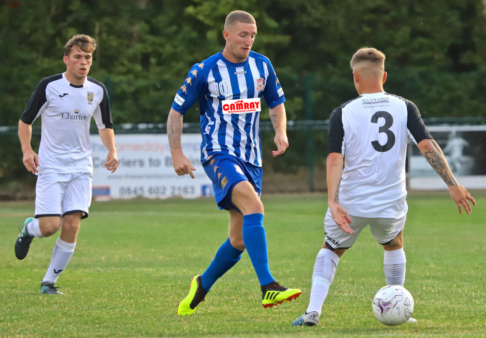 Lee Wort runs at the Alresford defence (photo: Ray Routledge)